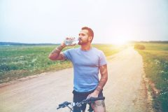 cyklista-pije-vodu